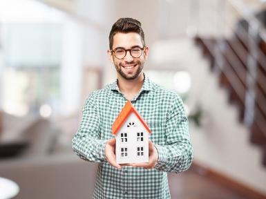 szczęśliwy-człowiek-z-miniaturą-jego-przyszłego-domu_1149-759 (385x288)